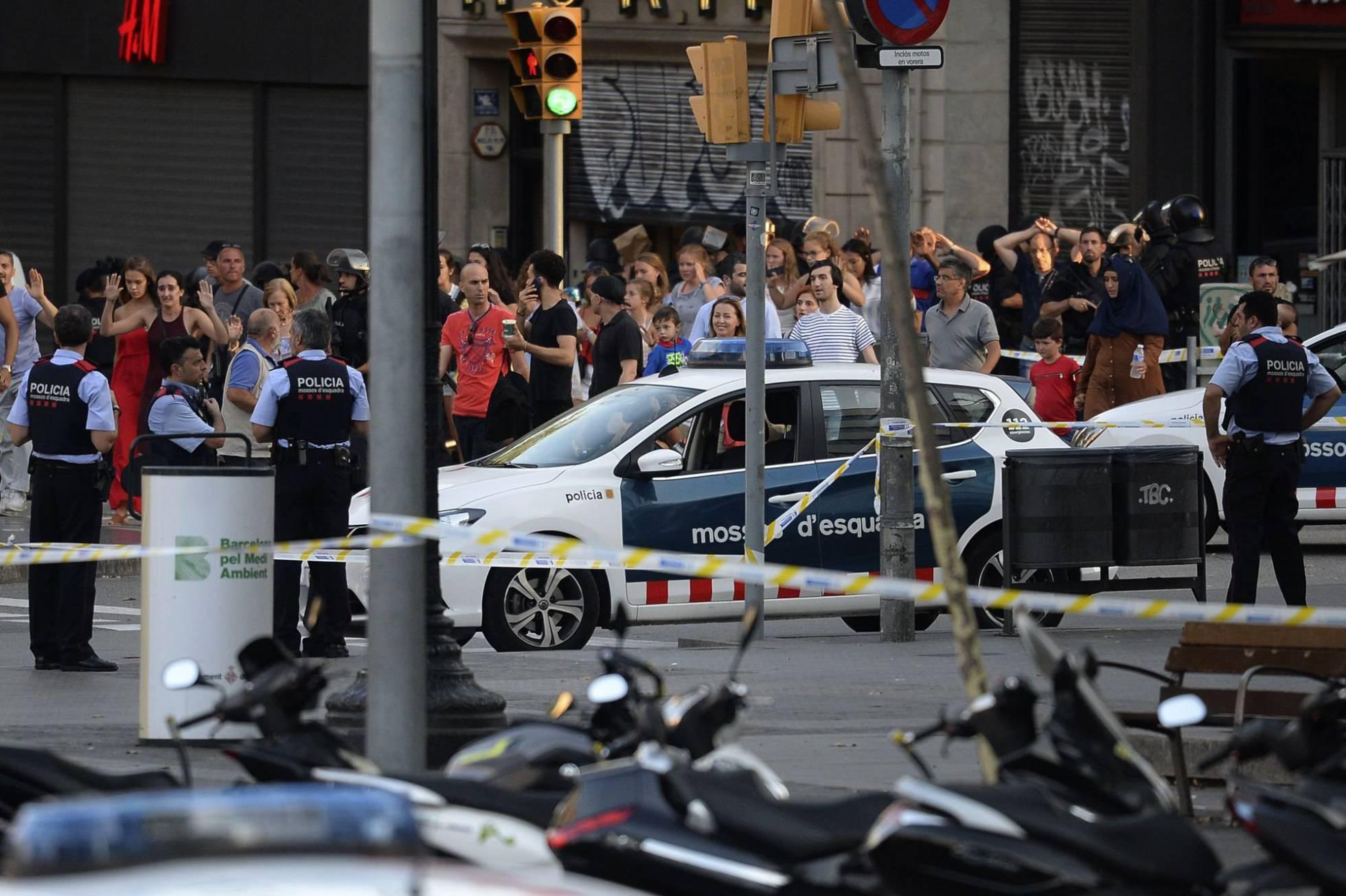 Espanha busca por 4 jovens que teriam ligação com atentados