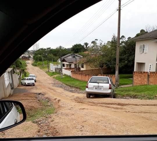 [Carro cai em cratera no Vila Rica]