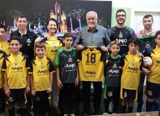 Alunos do Anjos do Futsal recebem uniformes em Cocal do Sul d5519594bf2ef