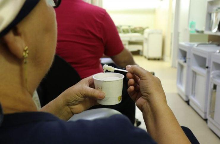 [Criciúma: Sorvete ameniza efeitos da quimioterapia em pacientes do Hospital Unimed]
