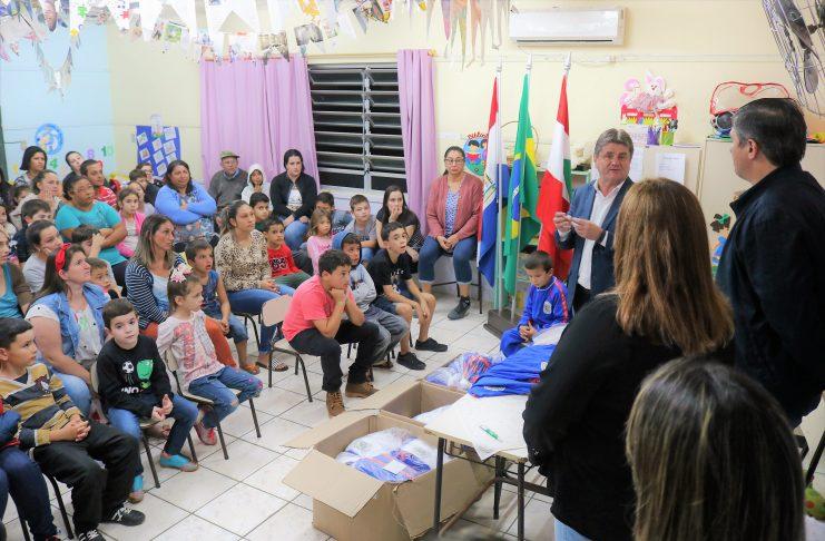 [Orleans: estudantes recebem kit com uniformes escolares]